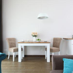 Kuchnia z jadalnią urządzona w stylu prowansalskim. Projekt: Ola Kołodziej, Ula Szmyt. Fot. Bartosz Jarosz