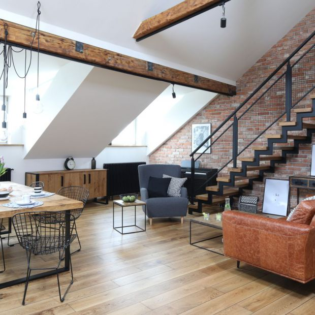 Piękny salon z jadalnią i kuchnią. Projekt z Krakowa