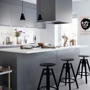 Meble kuchenne Bistro łączą nowoczesne skandynawskie wzornictwo z wysoką jakością wykonania. Poprowadzoną na jedną ścianę zabudowę uzupełnia wyspa z barem. Całość utrzymana w jasnoszarym modnym macie. Dostępne w ofercie firmy Ballingslöv. Fot. Ballingslöv