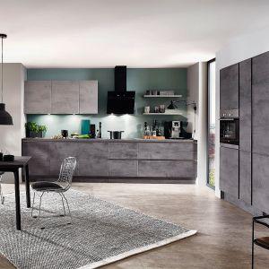 Kuchnia Riva 889 wykończona w wysokiej klasy laminatach, które wiernie odwzorowują kolor i fakturę naturalnych materiałów. Wzór betonu połączony z jasnym drewnem prezentuje się niezwykle atrakcyjnie. Dostępna w ofercie Verle Küchen. Fot. Verle Küchen.