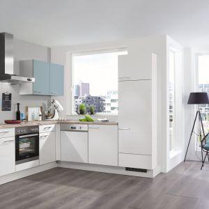 Meble kuchenne w białym kolorze, które doskonale sprawdzą się w małym wnętrzu. Fronty mają wykończenia matowe. Dostępna w ofercie Verle Küchen. Fot. Verle Küchen.