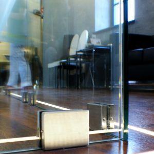 Szklane ściany działowe mogą być mocowane z pomocą różnego rodzaju okuć. Ich wybór uzależniony jest od rodzaju szklanych konstrukcji, miejsca ich zastosowania oraz wielkości tafli je wypełniających. Fot. CDA Polska