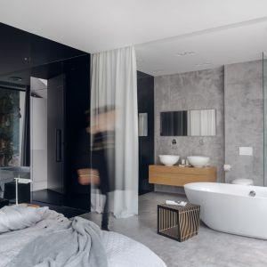 Salon kąpielowy stanowi integralną część sypialni. Oddziela go od niej jedynie sterowana elektronicznie, biała kotara. Projekt: Aleksandra Mierzwa, Wiktor Kurc (Maka Studio). Fot. Tom Kurek