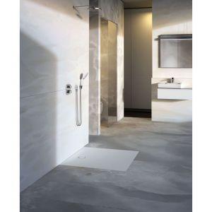 Panel brodzikowy z serii Setaplano wykonany jest z kompozytowego materiału mineralnego. W przeciwieństwie do metalu, szkła czy ceramiki, materiał kompozytowy jest przyjemnie ciepły, a zarazem jedwabiście gładki w dotyku. Bezkrawędziowa powierzchnia panelu Setaplano ułatwia czyszczenie. Fot.  Geberit