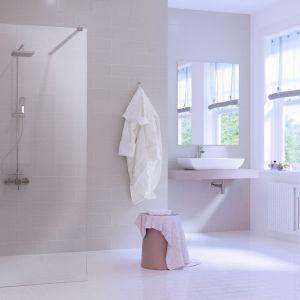 Elegancka ścianka prysznicowa Walk In Fix wykonana z transparentnego szkła hartowanego oraz chromowany profil przyścienny to znakomity pomysł na praktyczną aranżację strefy prysznica w narożniku łazienki. Fot. Massi