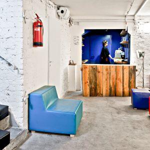 Wnętrza i meble w klubokawiarni Meskalina zlokalizowanej w powojennym schronie zaprojektowane przez SZARA/Studio. Fot. SZARA/Studio