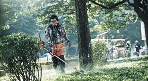 Koszenie dużych powierzchni, wycinanie gęstej trawy, zarośli, chwastów, precyzyjne dokaszanie brzegów trawnika przy ogrodzeniach, wokół drzew, rabat kwiatowych, praca na zróżnicowanym terenie czy na stromych zboczach to zadania, z którymi poradz