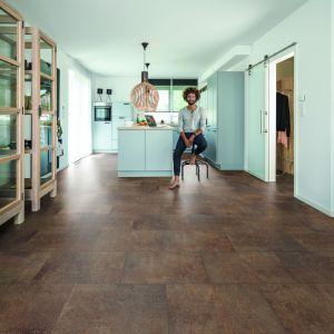 Nowoczesna podłoga - panele winylowe Wineo decor fortune stone rusty. Fot. Wineo