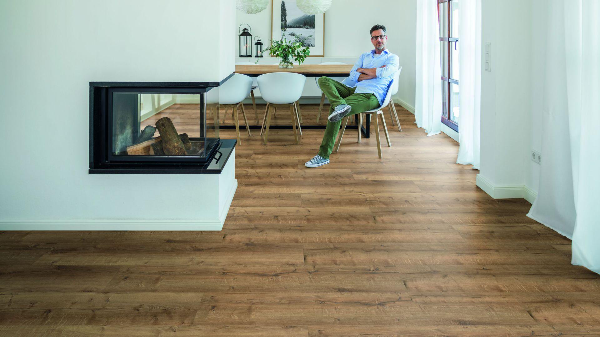 Nowoczesna podłoga - panele winylowe Wineo - dekor comfort oak mellow. Fot. Wineo