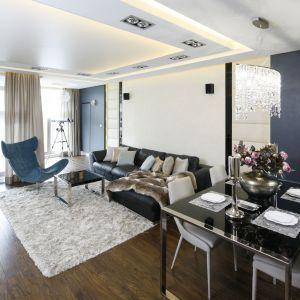 Apartament miał być urządzony nowocześnie, a jednocześnie bardzo elegancko, w stylu ekskluzywnych londyńskich apartamentów. Projekt Agnieszka Hajads-Obajtek. Fot. Bartosz Jarosz