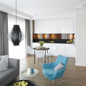 Naturalnym rozwiązaniem, które powiększyło przestrzeń małego mieszkania było połączenie kuchni z salonem i jadalnią. Projekt Małgorzata Galewska. Fot. Bartosz Jarosz