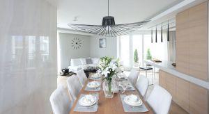Salon otwarty na kuchnię i jadalnię to najczęściej stosowany zabieg aranżacyjny w polskich wnętrzach. Takie otwarcie optycznie powiększa przestrzeń. Pozwala też funkcjonalnie urządzić nawetmałe mieszkanie.