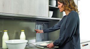 Garnki, sztućce, produkty spożywczepowinny być łatwo dostępne i zawsze pozostawać na swoim miejscu. Pomogą w tym sprytne akcesoria meblowe do przechowywania.<br /><br />
