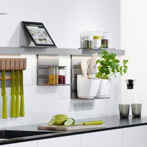 Podstawowym elementem systemu relingowego Linero Mosaiq jest montowana do ściany listwa profilowa ze stali nierdzewnej. Rozmaite półki, wieszaki, uchwyty i specjalnie zaprojektowany blok na noże dają ogromne możliwości zorganizowania przestrzeni nad blatem. Dostępny w ofercie firmy Peka. Fot. Peka