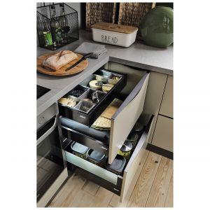 System szuflad wewnętrznych 38th Elysee Avenue to sposób na optymalne zagospodarowanie przestrzeni wewnątrz szafki kuchennej. Specjalne organizery, wkłady i przegródki pozwolą uporządkować zawartość. Dostępny w ofercie Black Red White. Fot. Black Red White.