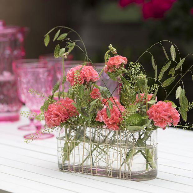 Dekoracja letniego stołu - wykorzystaj piękne pelargonie