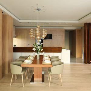 Drewno jest motywem przewodnim wszystkich wnętrz, przeplatającym się z malowanym MDF-em w każdym z pomieszczeń. W projekcie wykorzystano jego dwa rodzaje: dąb bielony oraz orzech amerykański Projekt: Laura Sulzik. Fot. Bartosz Jarosz