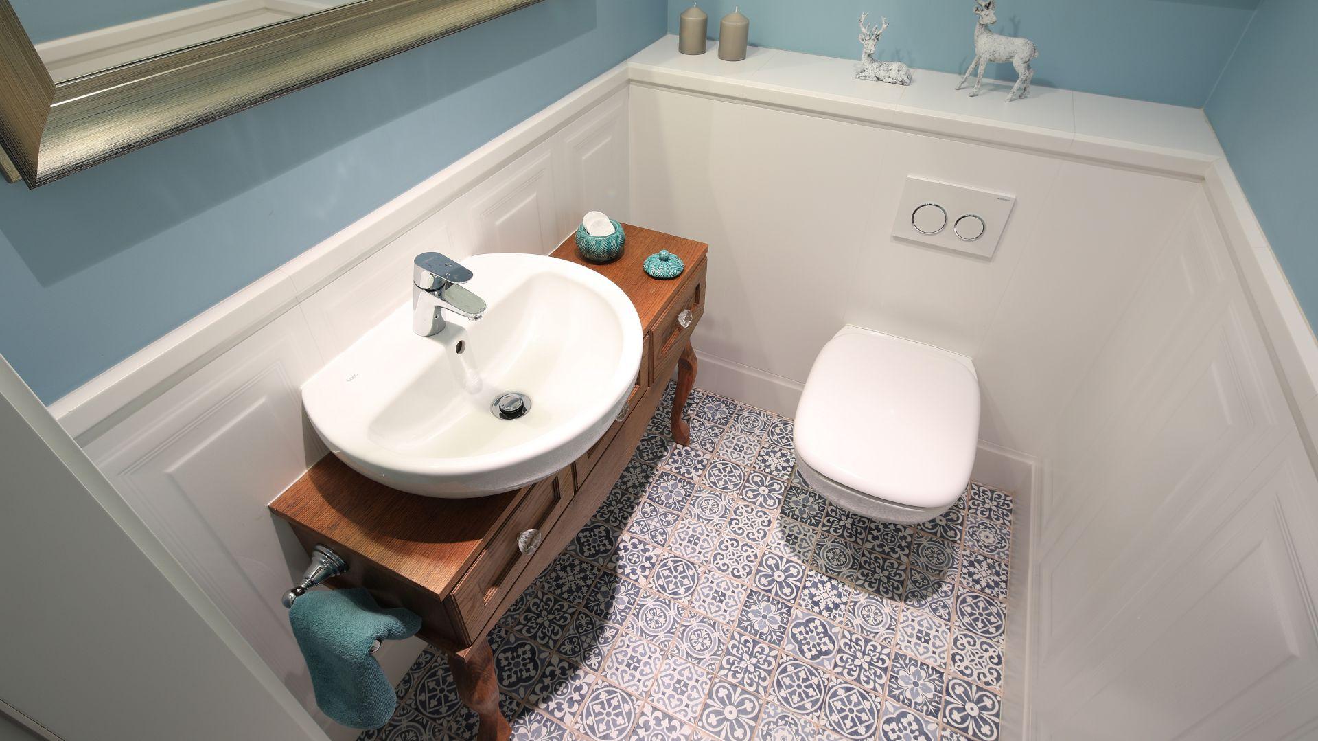 W toalecie dominuje klimat i kolorystyka Prowansji. Projekt: Ola Kołodziej, Ula Szmyt. Fot. Bartosz Jarosz