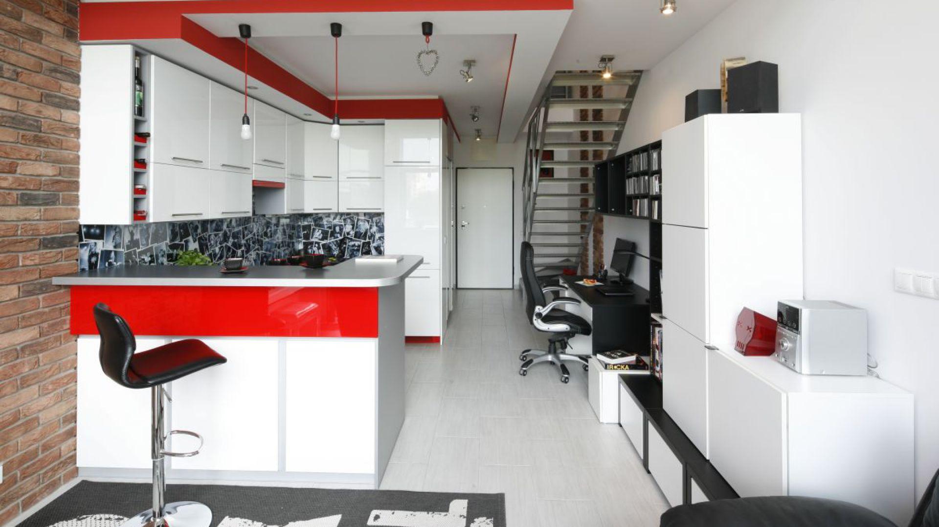 Czasami brakuje nam pomysłu na zagospodarowanie przestrzeni pod schodami. Tu urządzono praktyczne miejsce do pracy. Projekt: Monika Olejnik. Fot. Bartosz Jarosz