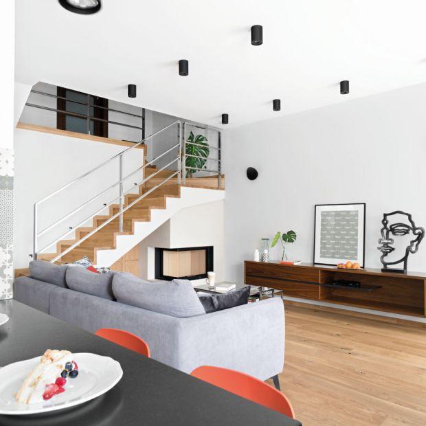 Piękny, jasny salon - wnętrze ze sztuką w tle