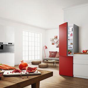 Variostyle to pierwsze na rynku lodówki zmieniające kolor. Dowolność wyboru zapewnia system wsporników i magnesów, dzięki którym wymiana kolorów jest zaskakująca łatwa. Dostępne są w 13 kolorach, a niebawem oferta poszerzy się o kolejne sześć kolorów. Nowość, Bosch. Fot. Bosch
