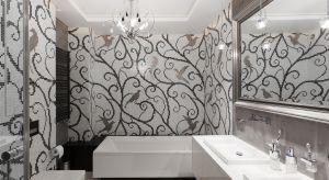 Surowy beton przełamany klasycznymi akcentami i wzorzystą mozaiką - czy takie połączenie może się sprawdzić? Zdało egzamin w tej rodzinnej łazience, gdzie nowoczesność połączono z dekoracyjnością.