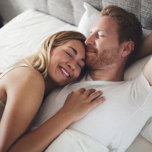 3. Jeśli śpisz z kimś dobrym rozwiązaniem jest materac kieszeniowy. Fot. iStock