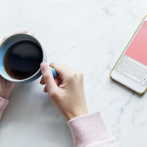 2. Smartfon, tablet, komputer czy telewizor nie pasują do łóżka. Fot. Materiały prasowe