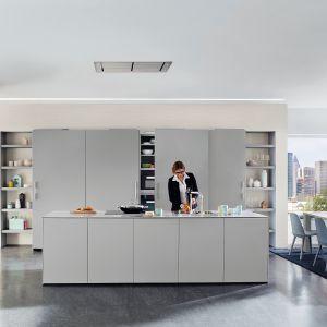 Kuchnię ARTE-B 3389 wyróżnia minimalistyczne wzornictwo oraz modna kolorystyka. Wysoką zabudowę, w której ukryto pojemne szafy, ale też sprzęty AGD, uzupełnia wyspa. Dostępna w ofercie Ballerina Küchen. Fot. Ballerina Küchen