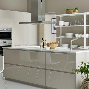 Kuchnia z wyspą z systemu kuchennego Metod odpowiada indywidualnym potrzebom użytkownika. Wszystko jest tu uporządkowane, a najczęściej używane przedmioty zostały ustawione na otwartych regałach. Dostępna w ofercie IKEA. Fot. IKEA