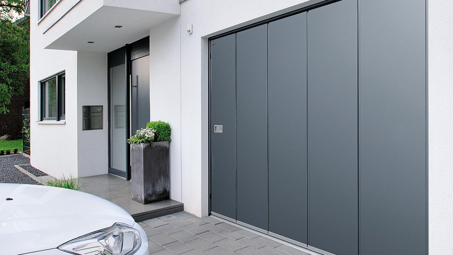 Brama segmentowa boczna HST otwiera się na bok i strop garażu może być wykorzystany w nieograniczonym stopniu. Dostępna w ofercie firmy Hörmann. Fot. Hörmann