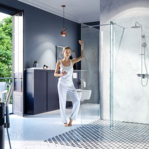 Nowoczesna i minimalistyczna kabina prysznicowa Walk-in to połączenie ścianki giętej z prostą ścianką boczną. Fot. Excellent