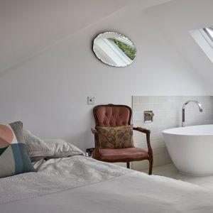 Głównym wyróżnikiem tego pokoju jest luksusowa, wolnostojąca wanna i wylewka do kąpieli MEM firmy Dornbracht. Zdjęcia: Agnese Sanvito. Copyrights: Dornbracht