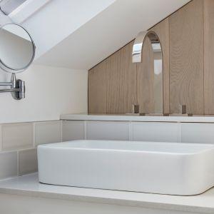Kolejna łazienka z WC i umywalką powstała w osobnej przestrzeni pod skosem dachu. Tu również właściciele zdecydowali się na serię armatury MEM firmy Dornbracht. Zdjęcia: Agnese Sanvito. Copyrights: Dornbracht