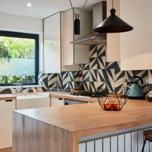 Małe, ciemne pokoje na parterze stały się kuchnią na planie otwartym oraz jadalnią i salonem. Zdjęcia: David Morris, Di Mainstone. Copyrights: Dornbracht