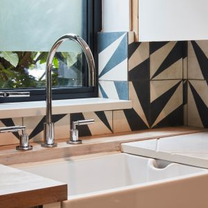 Minimalistyczna stylistyka armatury o powierzchni w odcieniu polerowanego chromu harmonizuje z językiem stylistycznym kuchni. Zdjęcia: David Morris, Di Mainstone. Copyrights: Dornbracht