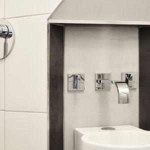 W wolnej przestrzeni pod schodami powstała łazienka z umywalką, deszczownią i WC. Zainstalowano armaturę z serii MEM firmy Dornbracht. Zdjęcia: David Morris, Di Mainstone. Copyrights: Dornbracht