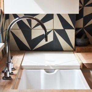 W kuchni uwagę zwraca uderzająco wzorzysty czarno-biały panel ścienny. Zdjęcia: David Morris, Di Mainstone. Copyrights: Dornbracht