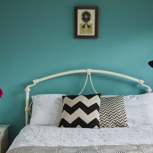 Koncepcja domu jest kształtowana przez zabytkowe i designerskie meble, widoczne w wystroju drugiej sypialni. Zdjęcia: David Morris, Di Mainstone. Copyrights: Dornbracht