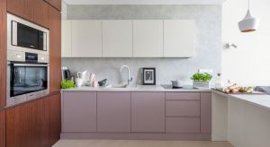 Urządzone na wzór soft loftu wnętrze w pełni odpowiada potrzebom inwestorów. Jest nowoczesne, funkcjonalne, a jednocześnie przytulne. To za sprawą modnych materiałów oraz ciepłych, stonowanych kolorów ziemi.