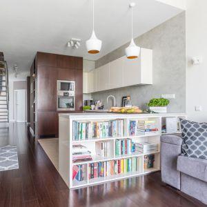 Mieszkanie zostało urządzone na wzór soft loftu. Stąd imitacja betonu na ścianie nad blatem oraz stonowana, chłodna kolorystyka. Projekt: Decoroom. Zdjęcia: Pion Poziom