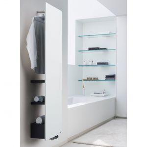Ten model to coś więcej niż grzejnik łazienkowy. Odsunięcie grzejnika od ściany na 325 mm zapewniło miejsce na półki oraz wieszak. Model Niva Bath dostępny jest w 55 kolorach. Półki standardowo są w kolorze czarnym, ale opcjonalnie możliwe jest zamówienie ich również w kolorze białym. Fot. Vasco