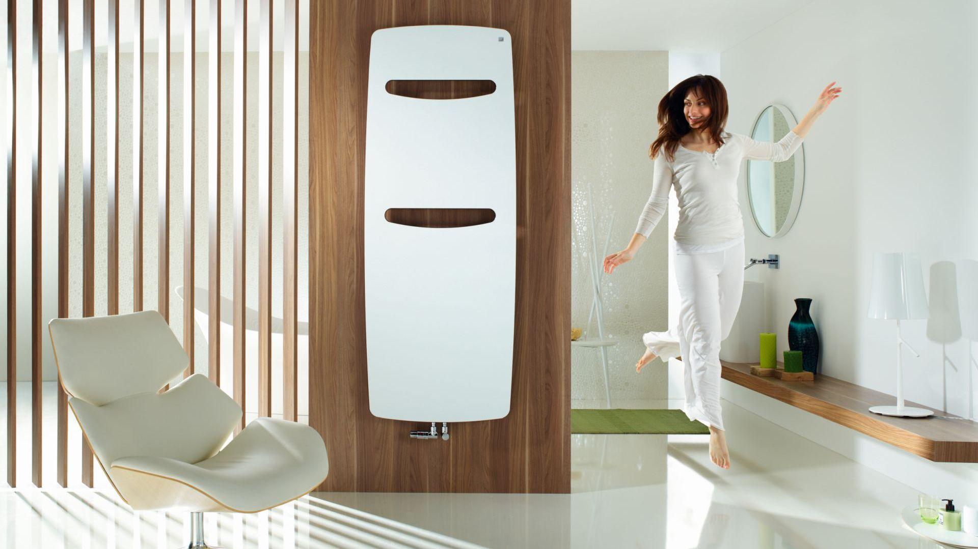 Niepowtarzalny kształt, innowacyjna technologia i wysoka sprawność energetyczna sprawiają, że grzejnik Vitalo Spa doskonale wpisuje się w aktualne trendy. Wycięcia służące do zawieszania ręczników to piękno i użyteczność zarazem.  Fot. Zehnder