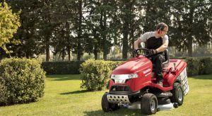 Mulczowanie polega na skoszeniu i rozdrobnieniu trawy, a następnie pokryciu powierzchni trawnika cienką warstwą pokosu, który z czasem przekształca się w naturalny nawóz.