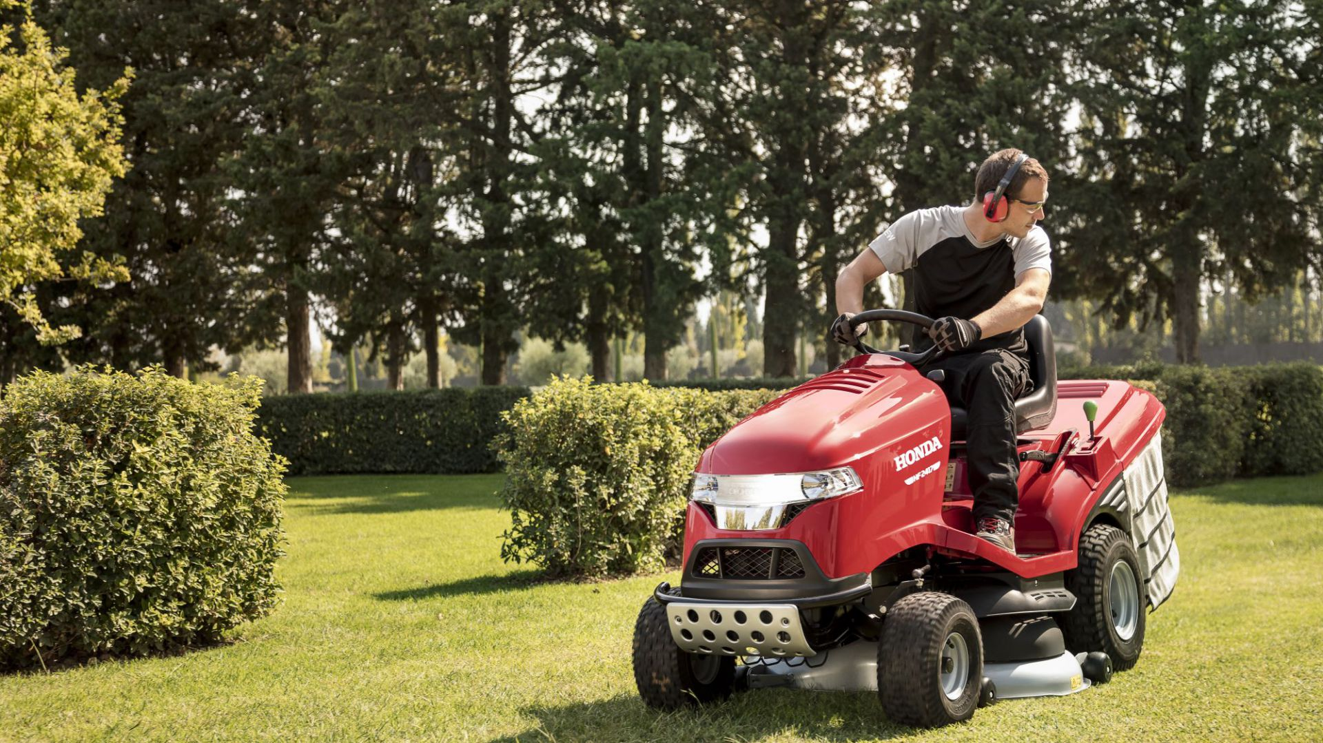Piękny ogród - mulczowanie trawy: Honda HF2417. Fot. Honda