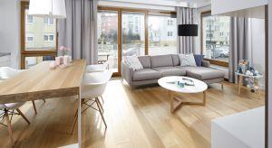 Strefa wypoczynkowa w niewielkim mieszkaniu młodej, trzyosobowej rodziny pełni zarówno funkcję reprezentacyjną jak i pokoju rodzinnego. Połączony z jadalnią i otwartą kuchnią salon urządzono w klimacie skandynawskim.