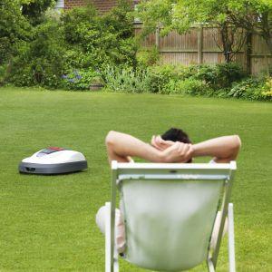 Honda Miimo – inteligentny robot koszący, który nie emitując spalin, bezpiecznie dla wszystkich użytkowników ogrodu samodzielnie kosi trawę według zaprogramowanych wytycznych właściciela. Wyposażony w innowacyjny sygnał cyfrowy i system czujników, zmienia kierunek poruszania się po trawniku po zetknięciu z przeszkodą – na przykład z nogą dziecka. Podniesienie robota, przewrócenie czy nawet lekkie przechylenie podczas pracy powoduje natychmiastowe zatrzymanie noży, a ponowne uruchomienie robota jest możliwe wyłącznie po wprowadzeniu kodu PIN. Cena: od. ok. 8.000 zł