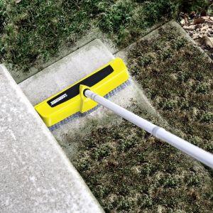 Szczotka Power PS 40 marki Kärcher to kolejny must have jeśli chodzi o wyposażenie myjki wysokociśnieniowej. Posiadająca trzy dysze ciśnieniowe szczotka pozwala usunąć każdy, nawet ten najbardziej uporczywy, brud z powierzchni takich jak np. schody, taras, czy posadzka w garażu. Szczotkę wyposażono w ściągaczkę ułatwiającą zgarnianie brudnej wody, co znacznie ułatwia pracę. Jej kompaktowe wymiary doskonale się sprawdzają jeśli chodzi o mycie trudno dostępnych miejsc takich jak narożniki czy krawędzie.