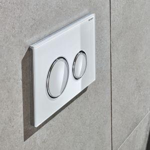 Model Sigma21 posiada okrągłe, elegancki zaokrąglone przyciski spłukiwania oraz unikatowe wykończenie ze szkła lub łupka. Fot. Geberit