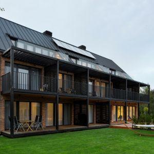 Drewno bejcowane na czarno czy odwołujące się do nadmorskich spichlerzy elewacje pokryte ręcznie wyrabianymi ceglanymi płytkami, kontrastują z grafitową blachą pokrywającą dach i portal wejściowy. Pensjonat Klonova. Fot. HOLA Grupa Projektowa